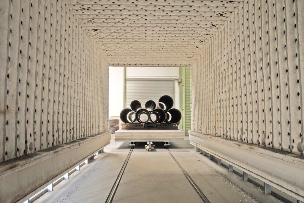 Innenseite eines Gluehofens mit Sicht auf Stahlrohre